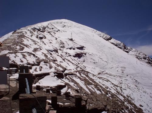 В 1990-годах учёные предупредили о таянии ледника, который должен был исчезнуть в 2015 году. Но уже в 2009 году ледник, просуществовавший 18 000 лет, растаял, и теперь заброшенный горнолыжный курорт Чакалтайя напоминает город-призрак. Здесь почти постоянно проживают два брата, Адольфо и Самуэль Мендоса, которые служили раньше в этом месте, а сегодня заботятся о том, чтобы немногочисленные посетители могли пообедать в убежище у главного здания.