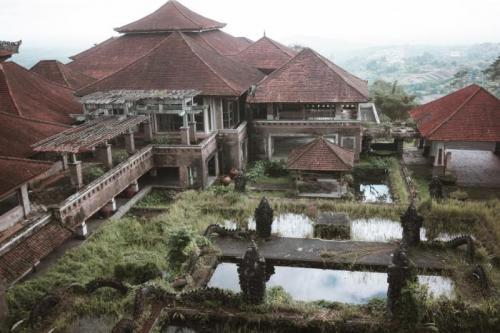 Ghost Palace, Батурити, Индонезия Этот отель, известный ещё под названием Pi Bedugul Taman Rekreasi Hotel & Resort, расположен в горах в Центральном нагорье Бедугала, в 50 км к северу от города Кута. Его строительство было начато в 1990-е годы, а отель заброшен ещё до открытия. Однако первозданная нетронутость построек вот уже больше 20 лет привлекает в это место охотников за приведениями и просто любопытных граждан.