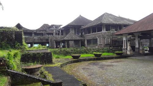 На самом деле проверить, как именно разворачивались события в отеле Ghost Palace почти невозможно, но наиболее вероятна версия об истинном владельце проекта Томми Сухарто, младшем сыне бывшего президента Индонезии, который был осужден в 2002 году за убийство судьи Верховного Суда Индонезии. После его ареста строительство было остановлено и никогда больше не возобновлялось.