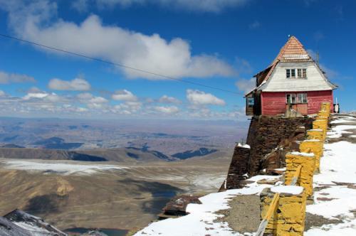 Горнолыжный курорт Чакалтайя, Ла-Пас, Боливия Этот курорт, открытый в конце 1930-х годов, был единственным горнолыжным курортом в Боливии и считался самым высоким в мире, как и ресторан, находившийся на его территории и ставший рекордсменом книги рекордов Гиннесса. В течение сезона, длившегося до восьми месяцев в году, тысячи туристов катались по леднику Чакалтайя на лыжах и санках.