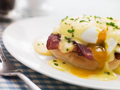3. Яйца Бенедикт На самом деле это не просто яйцо, а целый бутерброд. Приготовить это блюдо можно только из очень свежих яиц. Сначала яйца варятся без скорлупы в горячей воде. Желток должен остаться в кремообразном состоянии (поэтому яйца должны быть свежайшими и иметь гарантию своей доброкачественности, иначе пир очень быстро закончится сальмонеллезом). Сваренное таким образом яйцо помещается на тост и украшается голландским соусом.