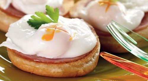 Многие люди, носящие имя Бенедикт, приписывают себе честь изобретения этого оригинального блюда. Один из них – брокер Лемюэль Бенедикт, который в одном из своих интервью утверждал, что в 1894 г он, ища спасения от ужасного похмелья, зашел в ресторан Waldorf Hotel и попросил сделать ему тост с вареными яйцами, беконом и голландским соусом. Метрдотель ресторана Оскар Тщирке пришел в такой восторг от получившегося блюда, что немедленно включил его в ресторанное меню.
