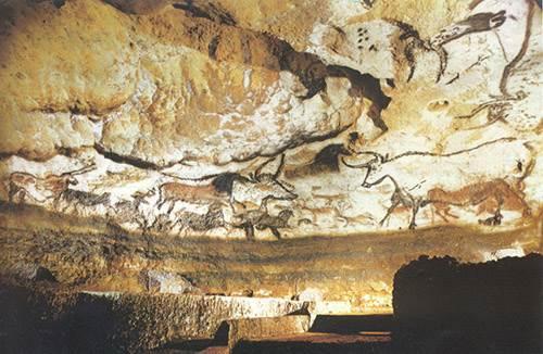 Пещера Ласко, Франция Эта пещера находится на юго-западе Франции, и на самом деле это комплекс пещер, знаменитых на весь мир благодаря наскальным рисункам эпохи палеолита, которым более 17,5 тысяч лет. Одно время пещеры были открыты для посетителей, но теперь их пришлось закрыть ради сохранности рисунков.