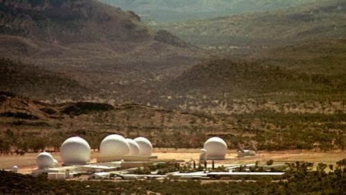 Пайн-Гэп, Австралия Эта военная база считается австралийским аналогом американской Зоны 51. Она расположена в Центральной Австралии. Ей управляет правительство и ЦРУ. Это единственное место в стране, над которым запрещены полеты авиации. База используется как центр мониторинга. Что именно там мониторят, неизвестно, но, по некоторым данным, из Пайн-Гэп управляют несколькими программами боевых беспилотников.
