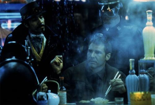 Бегущий по лезвию 1982. Бюджет/сборы: $28 000 000 / $32 868 943 После «Чужого» у режиссера Ридли Скотта был карт-бланш практически на что угодно. Он мог даже порно снять, наверное, за любые деньги. Но он вложил все усилия в дорогущий (по меркам того времени) киберпанковый нуар по роману Филипа Дика. Его подвиг не оценили ни зрители, ни критики. Фильм разве что помидорами не забрасывали. Спустя годы практически все хулители признали свою неправоту.