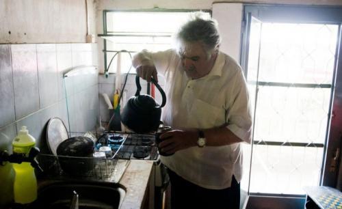 2.Самый бедный в мире президент Хосе Кордано — президент Уругвая, но местные жители зовут его Эль Пепе. Он жертвует на благотворительность почти всю свою президентскую зарплату, что делает его самым бедным (или самым щедрым) президентом в мире. Хосе зарабатывает 263 000 уругвайских песо (400 000 рублей) в месяц. Себе он оставляет только 26 300 песо (40 000 рублей). Живет в сельском доме на ферме. Воду для домашнего хозяйства президент носит сам из колодца во дворе. Самой крупной покупкой за всё время стал «Фольксваген Жук» 1987 года. У Мухики нет счетов в банках и никаких долгов.