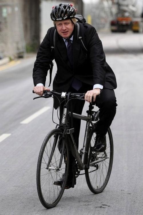4. Мэр Лондона Мистер Борис Джонсон, мэр Лондона, не стесняется ходить без галстука, свободно носит спортивную куртку, рюкзак и велосипедный шлем. Что не удивительно, ведь именно Борис Джонсон является одним из главных сторонников развития велосипедного движения на территории Британии.