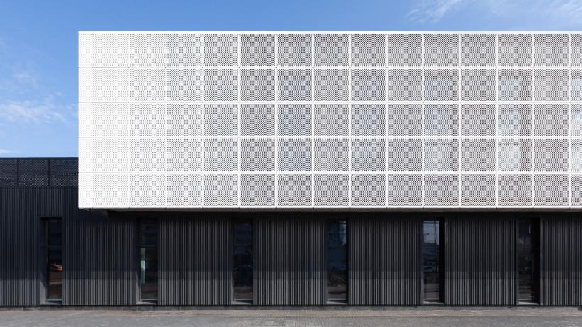 Административно-торговый комплекс с оригинальным фасадом построен в Химках
