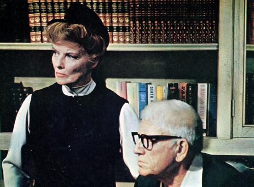 «Угадай, кто придет к обеду?» (1967) В фильме Стэнли Крамера актриса сыграла мать главной героини. Девушка приводит в дом своего возлюбленного, который оказывается чернокожим. Запись этого фильма хранится в Библиотеке Конгресса США как часть культурного наследия. Помимо Хепберн «Оскар» получил автор сценария.