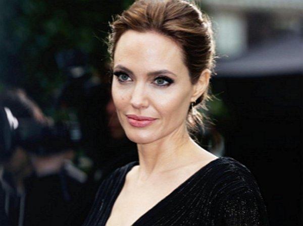 Анджелина Джоли снялась топлес для обложки модного журнала