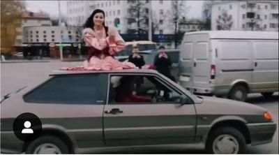 Девушка, рискуя жизнью, станцевала на крыше движущегося автомобиля
