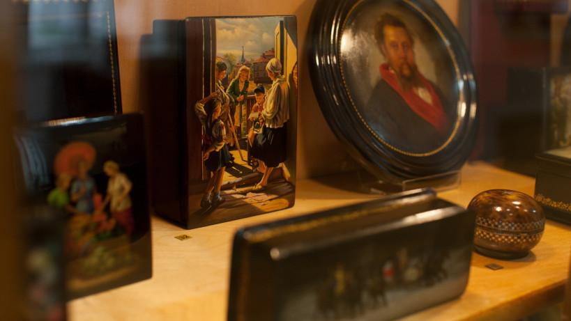 Экспозиция лаковой миниатюры в музее народных художественных промыслов Московской области в селе Федоскино Мытищинского района.