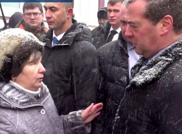 """""""Хотели сильно унизить"""": упавшая на колени перед Медведевым россиянка сделала заявление"""