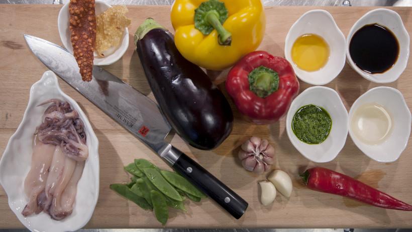 Приготовление салата с кальмарами и овощами на гриле
