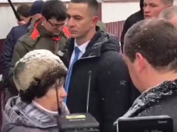 На Алтае женщина упала на колени перед Медведевым, устав бороться с местными чиновниками