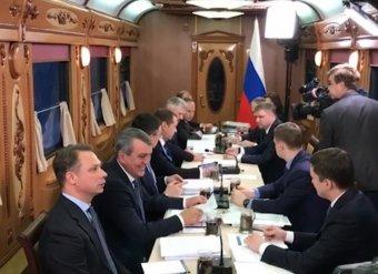 Опубликовано видео с совещания Медведева в поезде