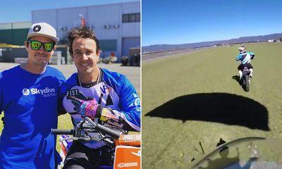 Парашютист сумел приземлиться на мчащийся мотоцикл