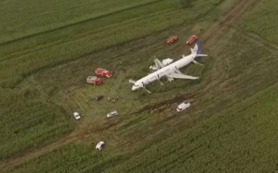 Пилот-герой экстренно севшего на поле А321 прячется от пассажиров