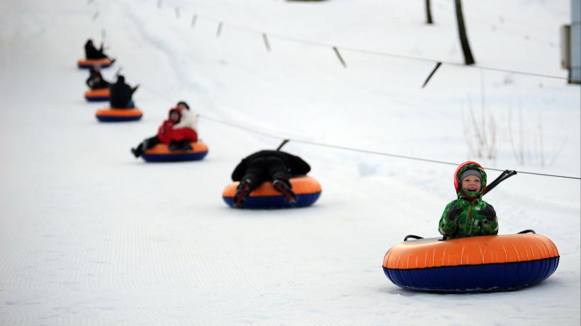 Почти 250 горок для катания на санках и тюбингах откроют в подмосковных парках зимой