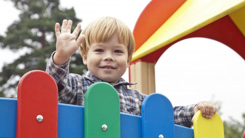 Программу по установке детских площадок в Подмосковье завершили на 98%