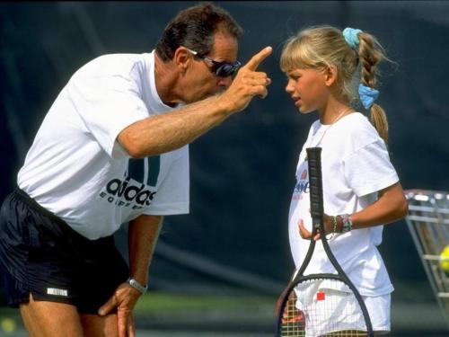 В 10 лет Анне ввиду ее заслуг предложили стипендию теннисной академии Ника Боллетьери, которая находится в Брадентоне, штат Флорида, США.