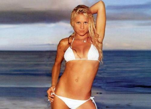 Анна Курникова В 2000 году она стала в списке четвертой, а в 2002 году читатели журнала FHM поставили Курникову на первую строчку 100 самых сексуальных женщин в мире. В 2003-м - на восьмом.