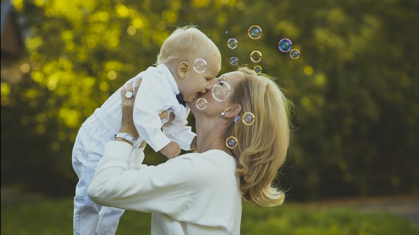 Самозанятым мамам Подмосковья напомнили о возможности получать пособия