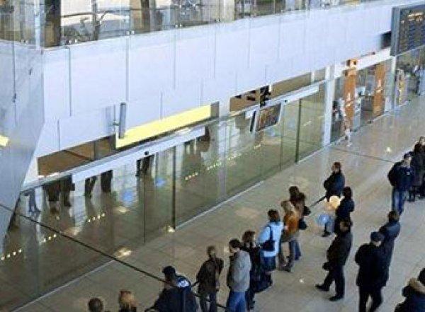 Три выстрела в спину: видео налета на курьера в аэропорту Екатеринбурга попало в Сеть
