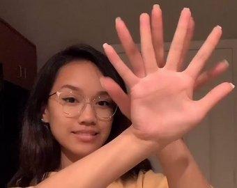 """В Сети набирает популярность видео """"трюка с руками"""""""