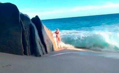 Видео с туристкой, которую смыло волной во время позирования, набирает популярность в Сети