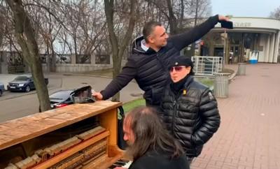 Вокалист Scorpions спел свой хит с уличным музыкантом в Киеве
