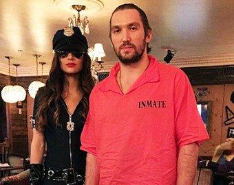 Жена Александра Овечкина выбрала пикантный наряд для Хеллоуина