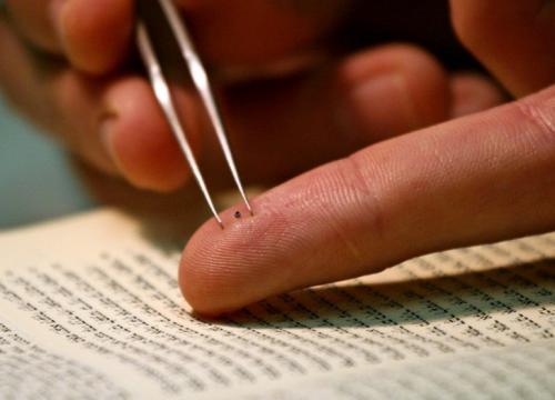 Крошечная Библия Такую Библию прочитать будет трудно, но не это главное. Рассел Берри, исследователь нанотехнологий института в Израиле, выгравировал еврейскую Библию на чипе размером с крупицу сахара, для того чтобы продемонстрировать масштаб, в котором можно работать. «Нано-Библия» написана на ультратонкой кремниевой пластине толщиной менее 100 атомов, покрытой слоем золота. Для гравировки еврейских букв исследователи использовали всё тот же сфокусированный пучок ионов, вырезая им ненужные слои золота. Соединив современные технологии и древние методы, команда назвала процесс гравировки чипа «поэтической красотой». Нано-Библия выставлена в Храме книги Музея Израиля.