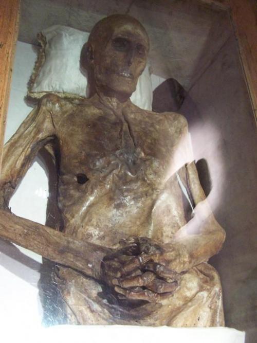 5. Рыцарь Христиан Фридрих фон Кальбутц, Германия Этот немецкий рыцарь жил в период с 1651 по 1702 год. После смерти его тело превратилось в мумию естественным образом и сейчас выставлено на всеобщее обозрение. Согласно легенде, рыцарь Кальбутц был большим любителем воспользоваться «правом первой ночи». У любвеобильного Христиана было 11 собственных детей и около трех десятков бастардов. В июле 1690 года он заявил свое «право первой ночи» относительно юной невесты пастуха из местечка Баквитц, однако девушка отказала ему, после чего рыцарь убил ее новоиспеченного мужа. Заключенный под стражу, он поклялся перед судьями, что не виноват, в противном случае «после смерти его тело не рассыплется в прах». Поскольку Кальбутц был аристократом, его честного слова оказалось достаточно для того, чтобы его оправдали и отпустили. Рыцарь умер в 1702 году в возрасте 52 лет и был похоронен в семейной усыпальнице фон Кальбутцев. В 1783 году последний представитель этой династии скончался, а в 1794-м в местной церкви затеяли реставрацию, во время которой усыпальницу вскрыли, чтобы перезахоронить всех мертвецов семейства фон Кальбутц на обычном кладбище. Оказалось, что все они, кроме Христиана Фридриха, истлели. Последний же превратился в мумию, что доказало тот факт, что любвеобильный рыцарь все же был клятвопреступником.