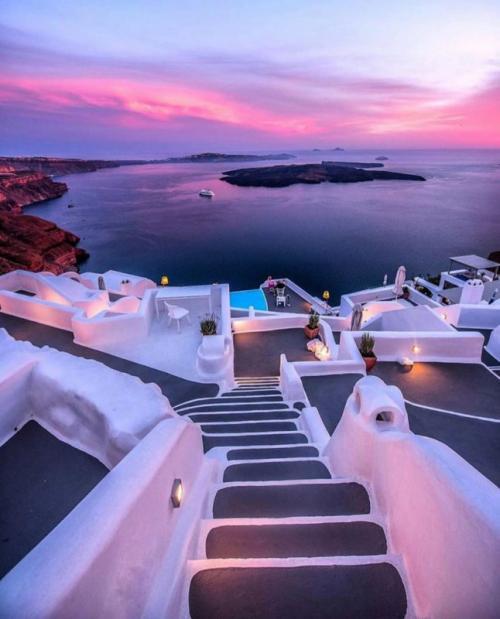 Ия (Греция) Ия, прибрежный город на северо-западной оконечности греческого Санторини, является одним из самых красивых населенных пунктов для посещения в целом мире. Когда великолепные закаты превращают прекрасное ярко-голубое небо в нежно-розовое, или когда весь город загорается после захода солнца, твой внутренний фотограф обязательно поблагодарит нас за то, что мы познакомили тебя с этим местом.