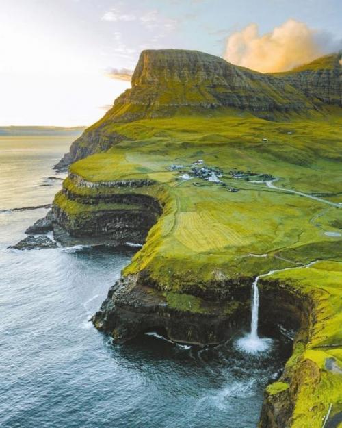Фарерские острова Эффектные — это одно слово, которое максимально точно определяет красоту Фарерских островов. Это единственное место, где ты не сможешь выключить камеру на телефоне ни на одну минуту. Крутые прибрежные скалы, горы и долины делают это место одним из самых «фотогеничных» в мире. А тот факт, что это экзотическое место и не многие знают о нем, дает тебе прекрасную возможность исследовать его первым среди своих знакомых.