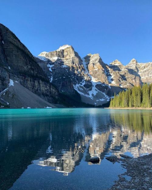 Озеро Морейн (Канада) Расположенное в Национальном парке Банф, озеро Морейн выглядит так, как будто оно было специально создано для инстаграма. Если ты еще не был там, чего же ты ждешь? На тот случай, если ты хотел сказать «Нового года», то, во-первых, это ужасная шутка (в Канаде так же холодно, как в России, а иногда и сильнее), а во-вторых, лучшее время для посещения — с конца июня по август, так что планируй свой будущий отпуск.