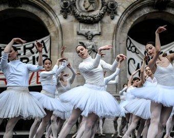 """Балерины бастующей Парижской оперы станцевали """"Лебединое озеро"""" на улице"""