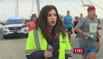 Бегун шлепнул журналистку по попе в прямом эфире