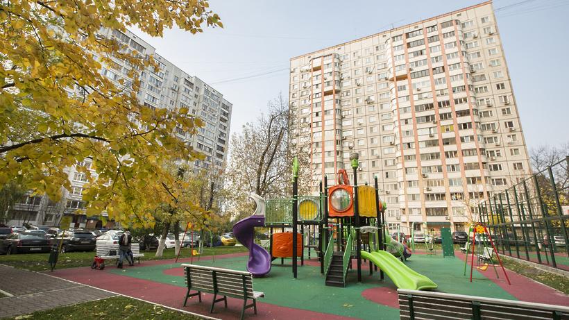 Благоустроенный двор с детской площадкой в Реутове