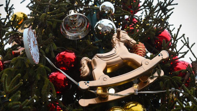 Украшение ели на Манежной площади в рамках фестиваля «Путешествие в Рождество»