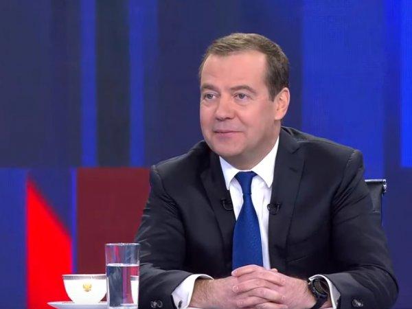 Медведев ответил на вопрос Ивлеевой о запрете YouTube. В Сети требуют рассказать о самолете жены