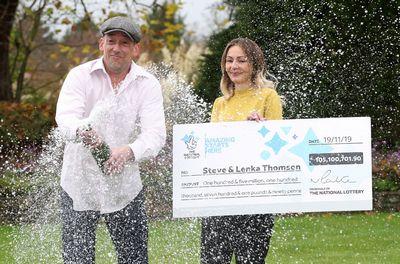 Многодетный отец выиграл в лотерею и решил озолотить соседей
