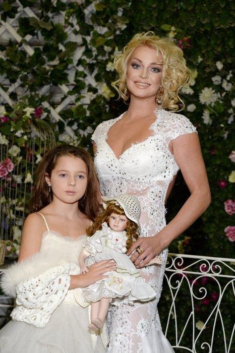 Анастасия Волочкова дочь Ариадна Вначале Анастасия хотела назвать дочку в честь бабушки Анной. Но потом передумала и дала ей редкое имя — Ариадна. Мама балерины в восторге от имени внучки, дома девочку зовут Ариша.