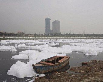 Популярный индийский пляж покрылся токсичной пеной