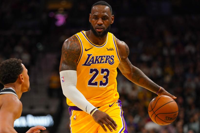 4. Леброн Джеймс, баскетбол: $680 млн По сравнению с полученной за десять лет зарплатой игрока в $270 млн на рекламных сделках за первые 16 лет в НБА Джеймс заработал в два раза больше.