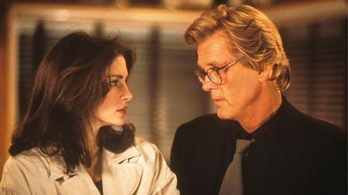 Джулия Робертс и Ник Нолт В 1994 году актеры вместе снимались в романтической комедии «Я люблю неприятности». Они не слишком ладили, и это было видно на экране. Говорят, что обстановка так накалилась, что режиссер Чарльз Шайер снимал некоторые сцены с каждым отдельно, чтобы держать их подальше друг от друга.