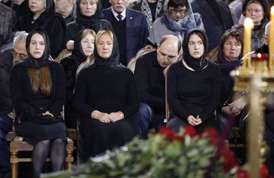 Стало известно почему с Лужковым простились в закрытом гробу