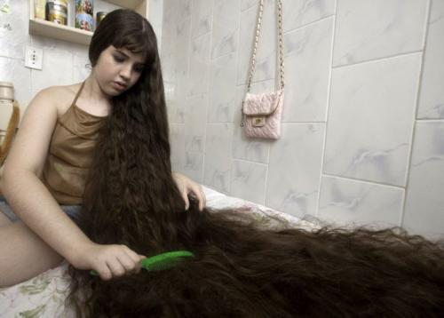 В итоге девушка решила обрезать свои косы и продать. Все заработанные деньги она отдала родителям, чтобы те занялись строительством дома. Это очень благородный поступок, особенно если учесть, что во время стрижки Наташа буквально рыдала от огорчения.