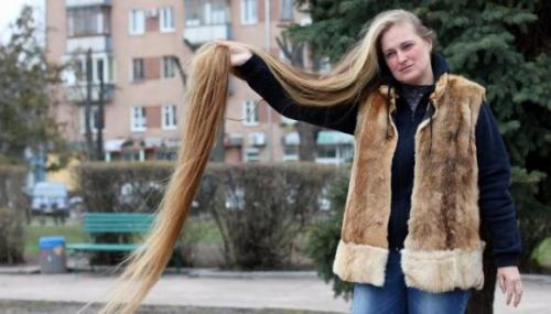 Анна Янко – 2,21 м Девятое место заняла Анна Янко — обладательница самых длинных волос в Украине (2,21 м). Свои потрясающие косы женщина растила на протяжении более трех десятков лет, начиная со школы. По словам Анны, у нее никогда не возникало желания обрезать волосы, даже несмотря на то, что они доставляют ей много неудобств. В парикмахерскую Анна не ходит — говорит, что сама знает, как лучше ухаживать за своими волосами. На то, чтобы помыть и расчесать шевелюру у нее уходит несколько часов и примерно стакан шампуня.